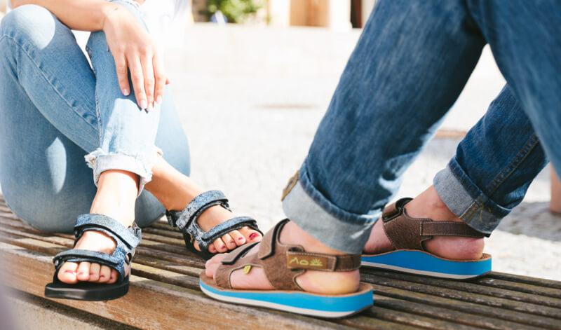 myVALE-Treckking Sandale auf Bank
